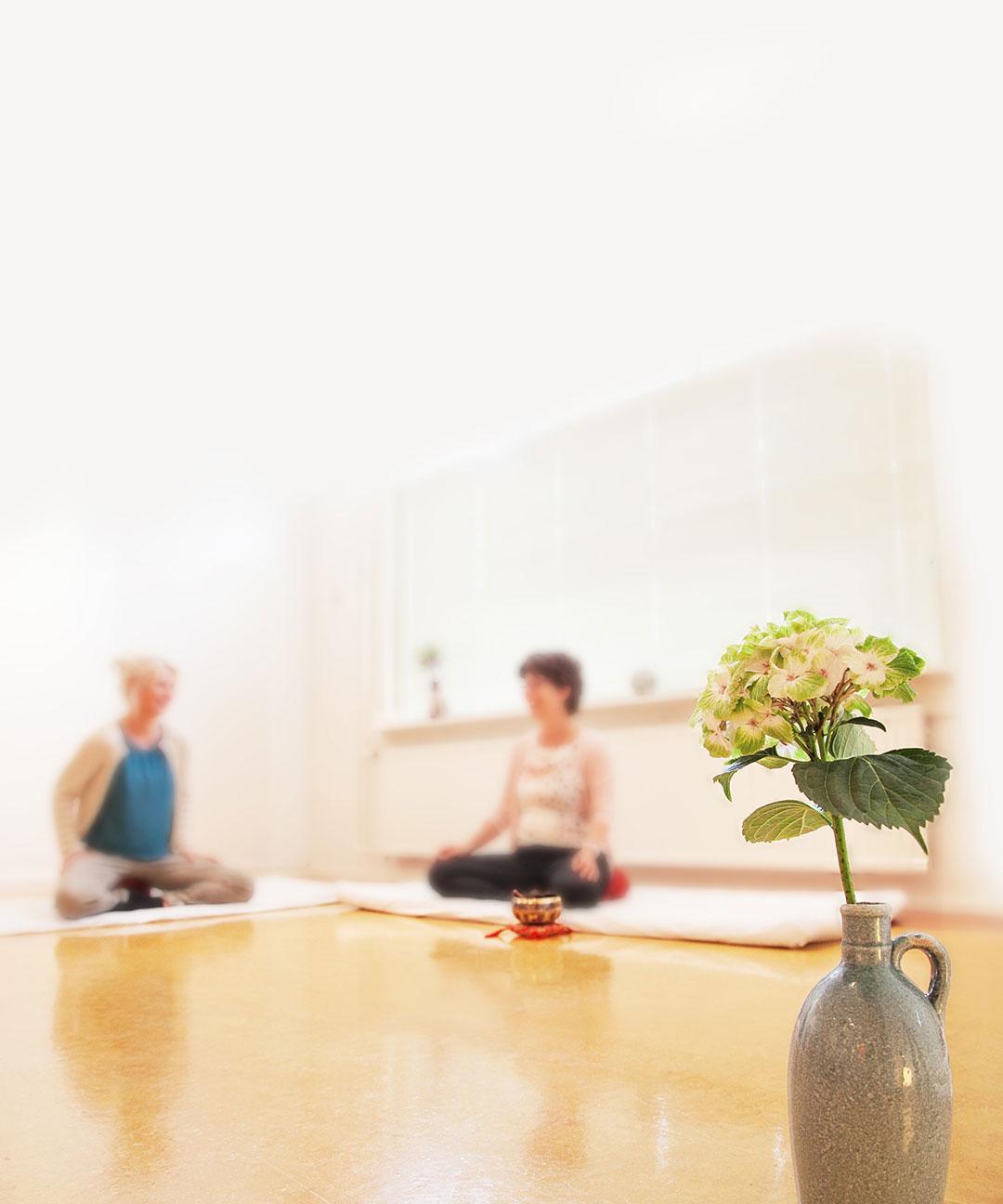 Mindfulness vermindert stress en somberheid en verbetert de concentratie. Mediteren zorgt ervoor dat er weer ruimte ontstaat voor creativiteit en plezier.